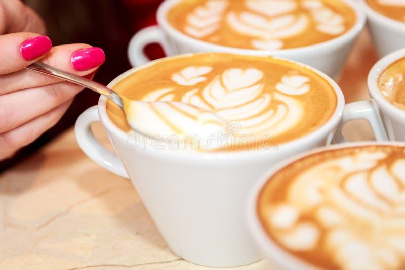 Маленькая девочка заваривает кофе стоковое изображение rf