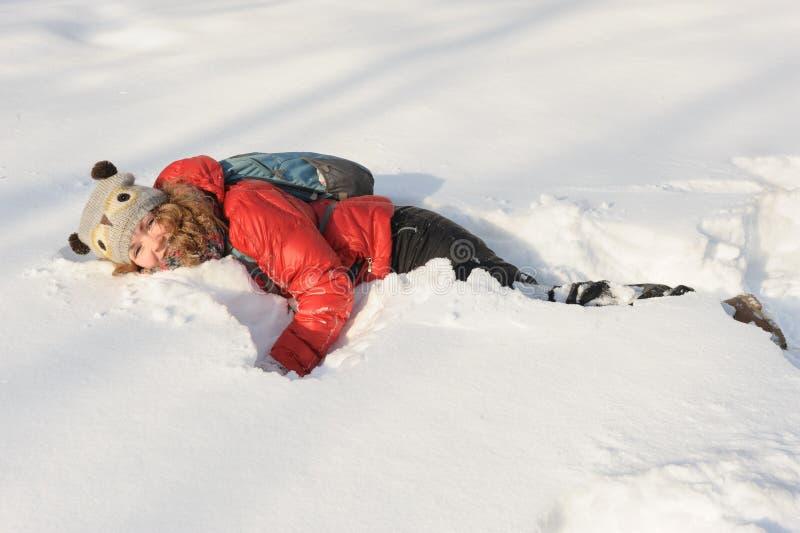 Маленькая девочка играя в снеге стоковая фотография