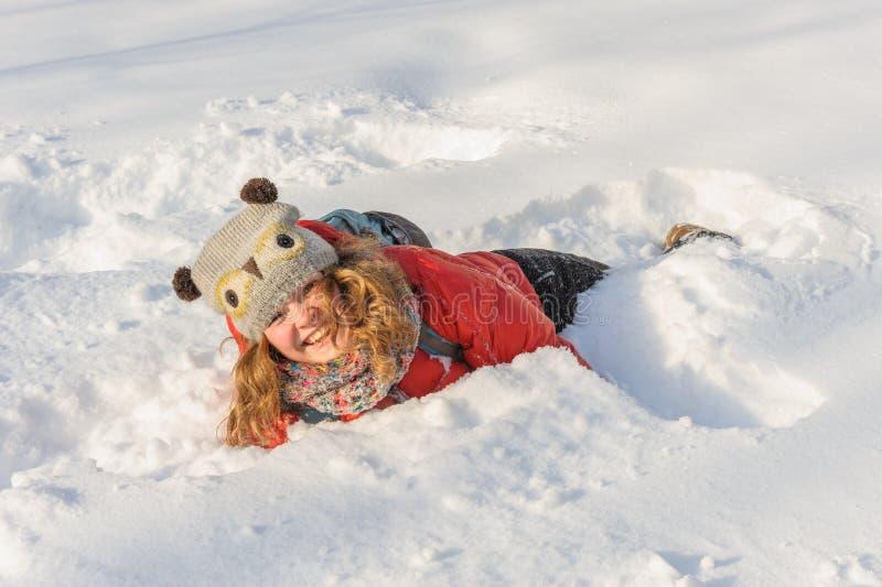 Маленькая девочка играя в снеге стоковое фото