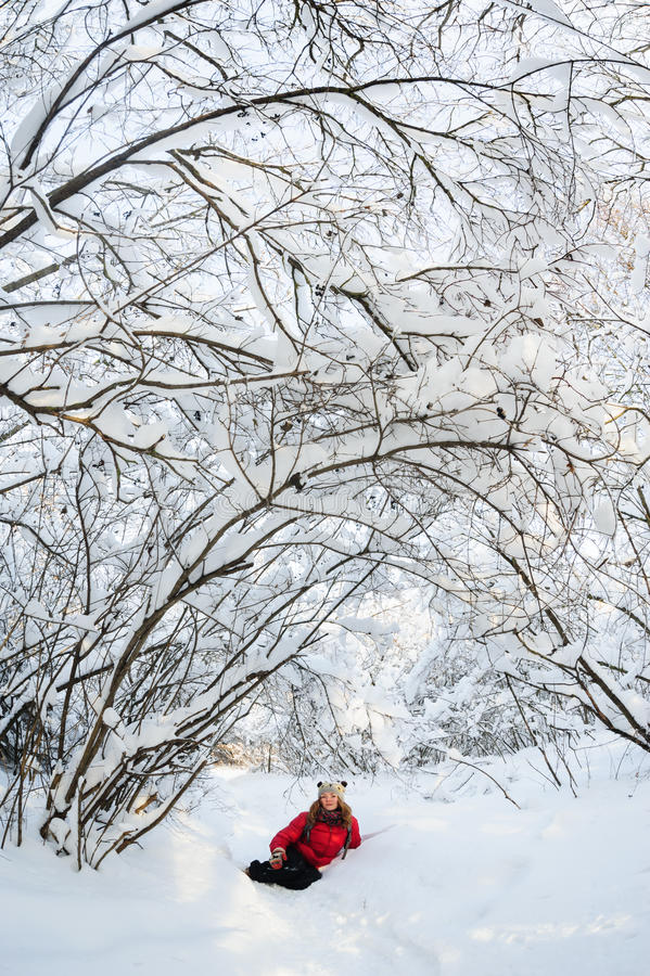 Маленькая девочка играя в снеге стоковая фотография rf