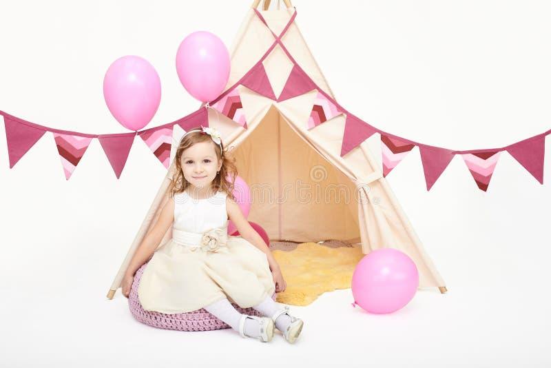 Маленькая девочка играя в шатре стоковые изображения