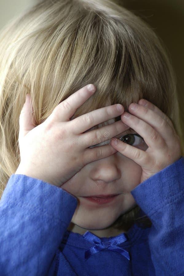 Маленькая девочка играя игру Peekaboo стоковая фотография rf