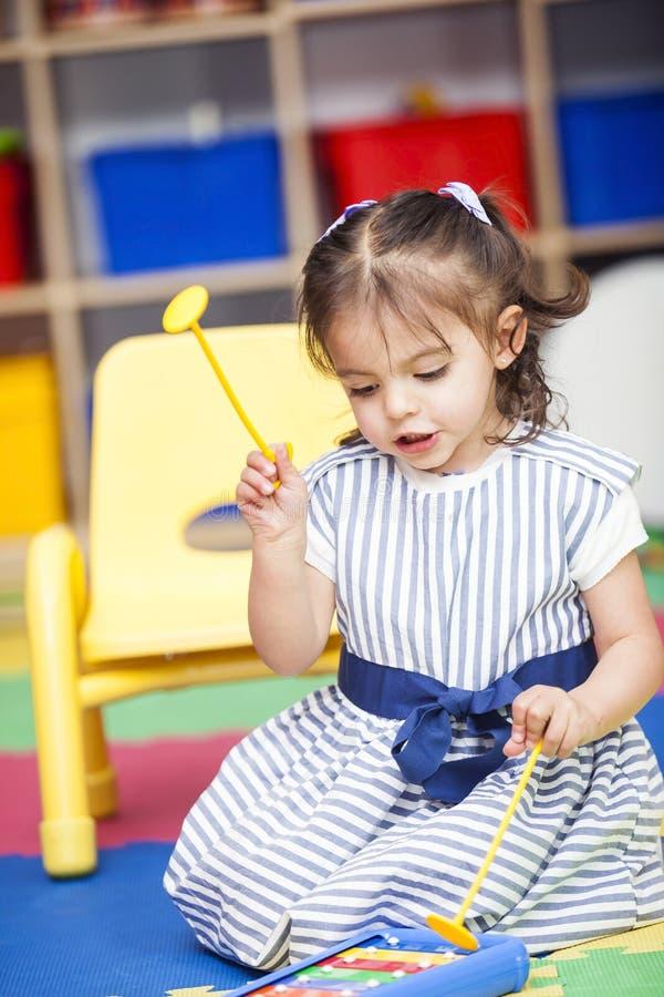 Маленькая девочка играя ксилофон стоковые изображения rf
