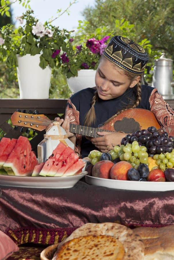 Маленькая девочка играя мандолину стоковое фото