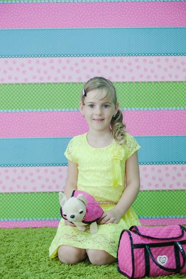 Маленькая девочка играя с игрушками на ковре стоковые фото