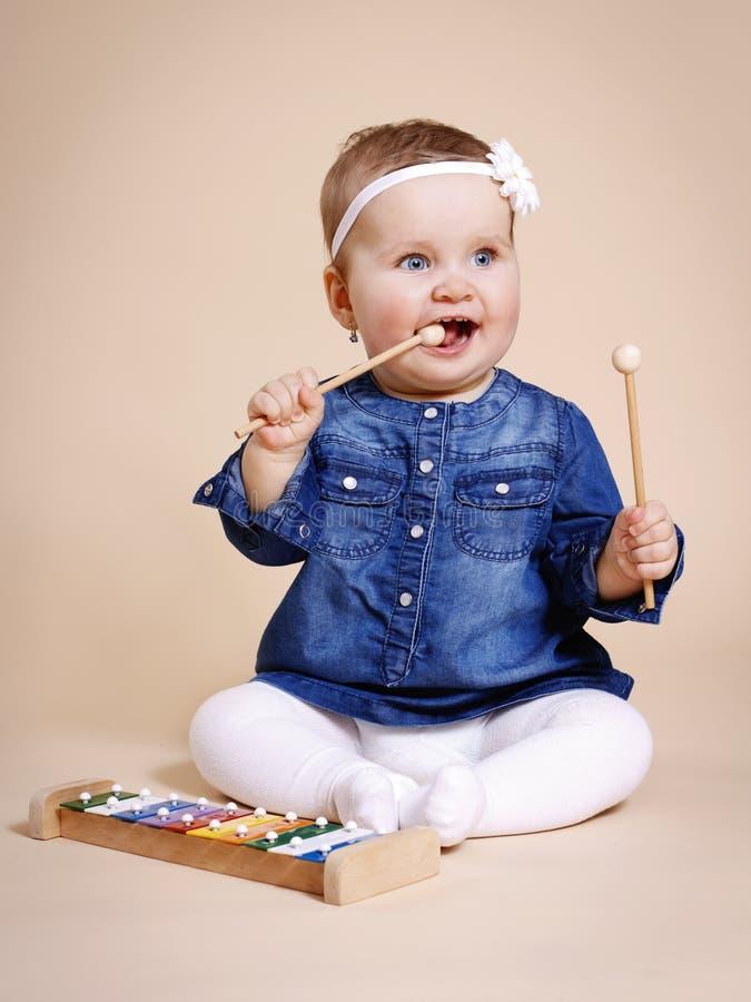 Маленькая девочка играя с ксилофоном стоковое изображение rf