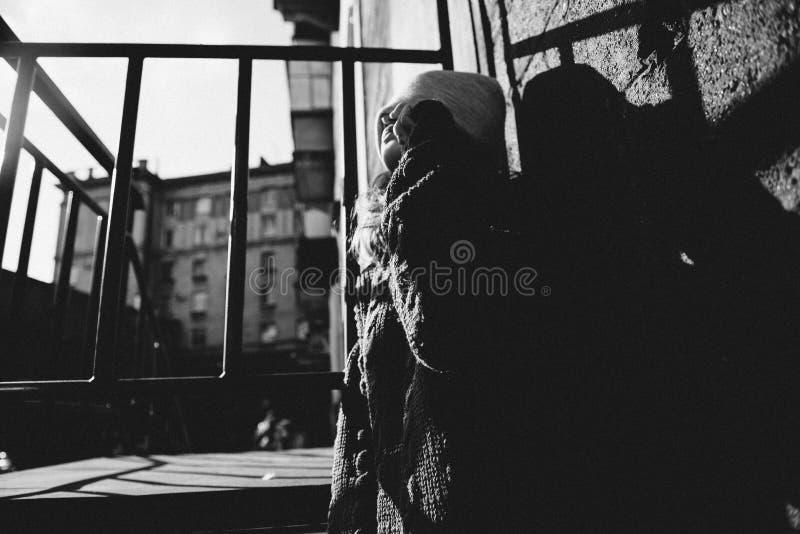 Маленькая девочка играя с светом в улице стоковая фотография rf