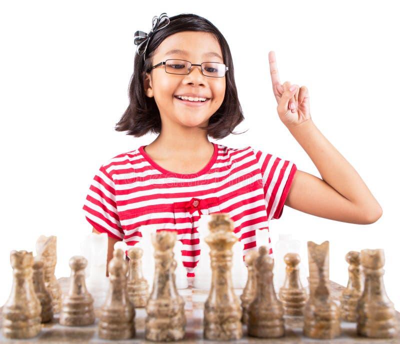 Маленькая девочка играя шахмат VI стоковая фотография