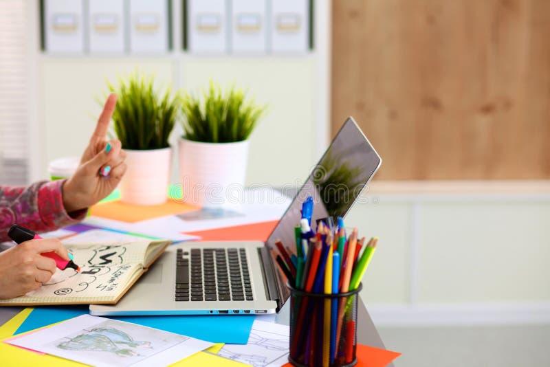 Маленькая девочка дизайнер таблицы с компьтер-книжкой стоковое изображение rf