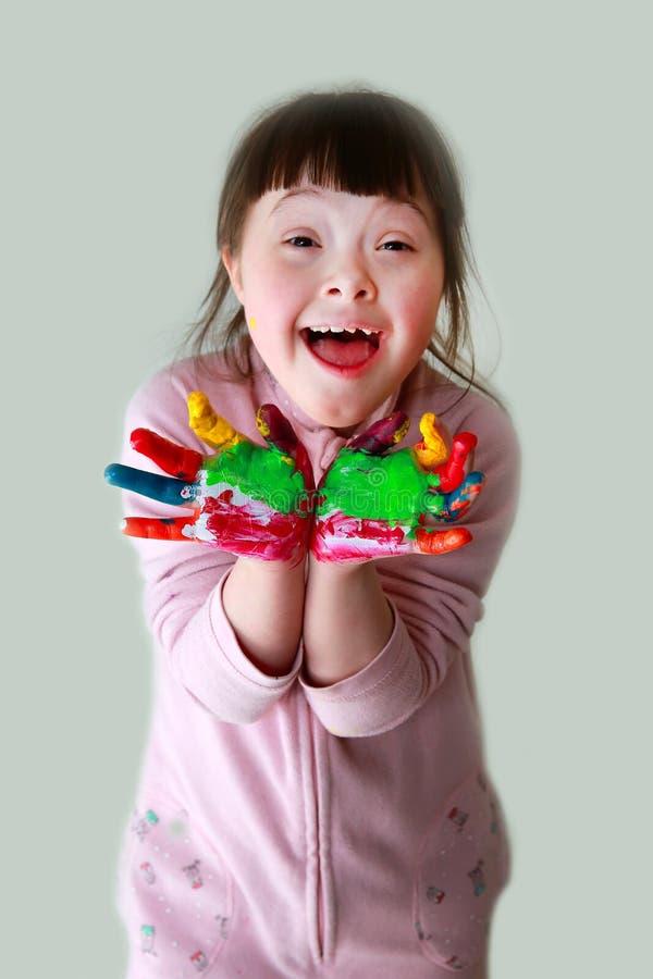 Маленькая девочка имеет потеху стоковое фото
