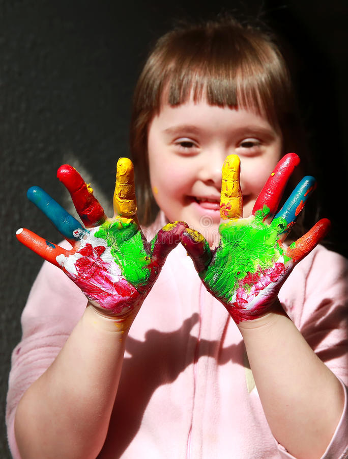 Маленькая девочка имеет потеху стоковое изображение