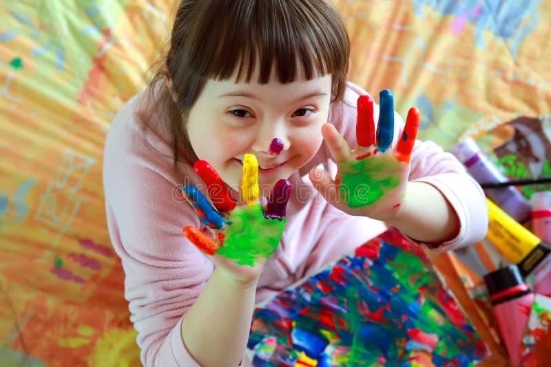 Маленькая девочка имеет потеху стоковое фото rf