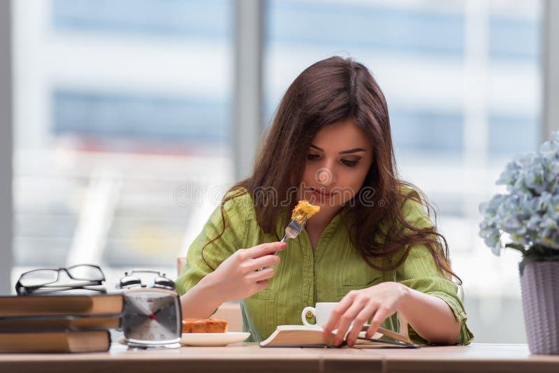 Маленькая девочка имея завтрак дома стоковые фотографии rf