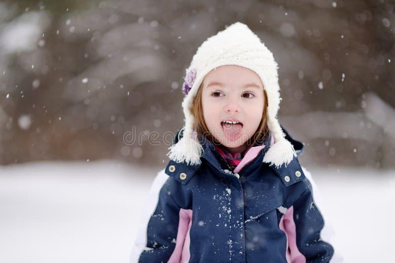 Download Маленькая девочка имея потеху на зимний день Стоковое Фото - изображение насчитывающей жизнь, девушка: 33729392