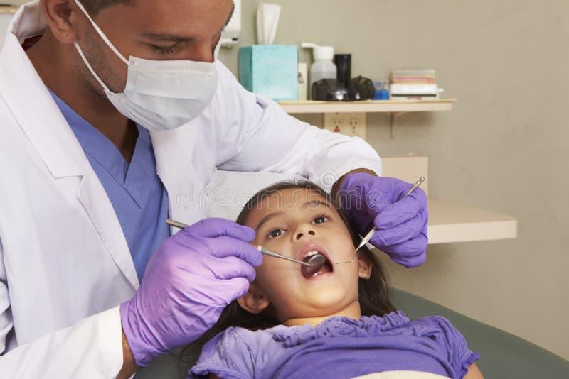 Маленькая девочка имея проверку вверх на хирургии дантистов стоковая фотография rf