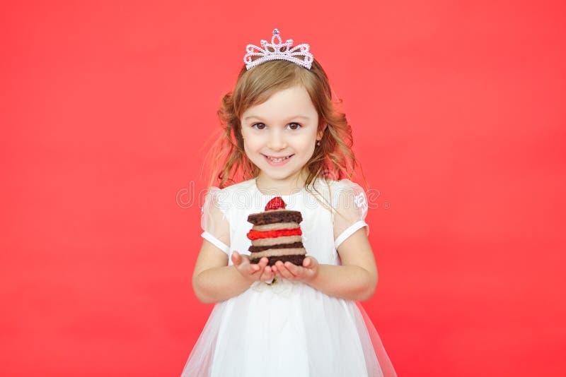 Маленькая девочка и ее именниный пирог стоковые фотографии rf