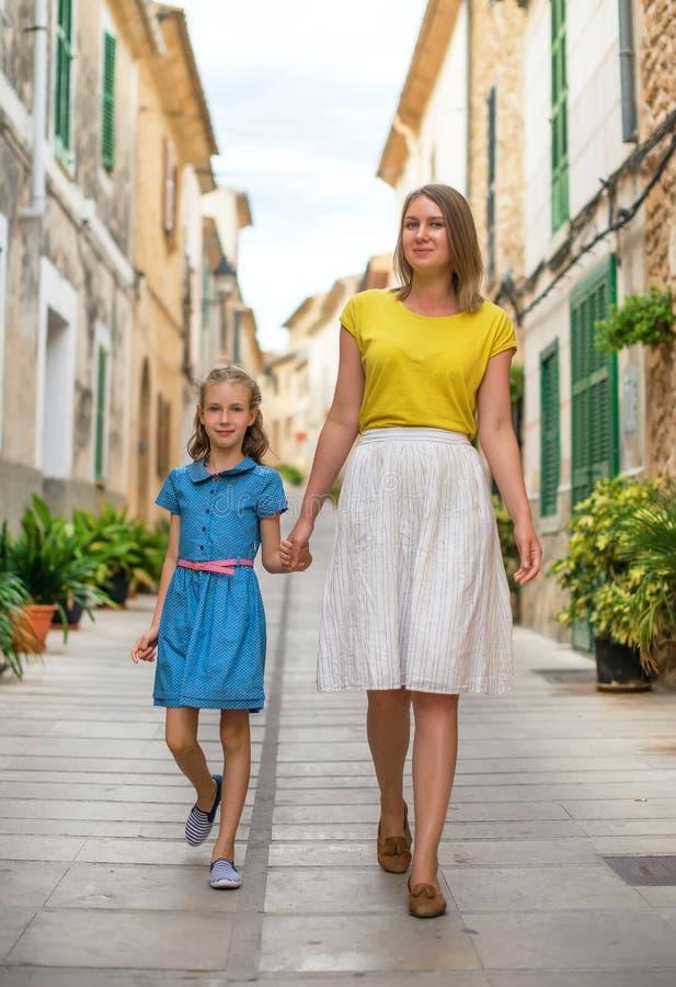 Маленькая девочка и ее идти матери стоковое фото