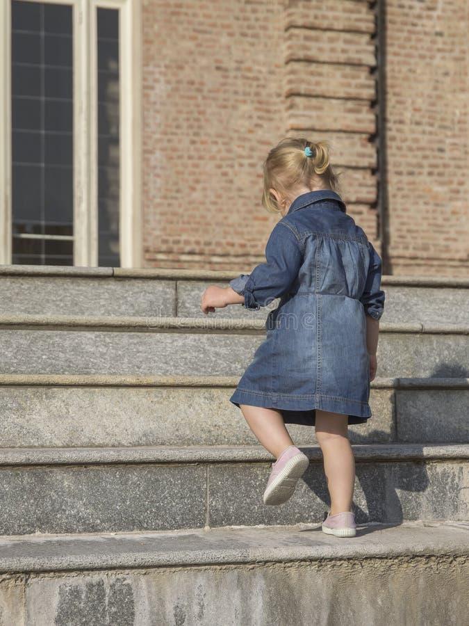 Маленькая девочка идет вверх по лестницам стоковые фотографии rf