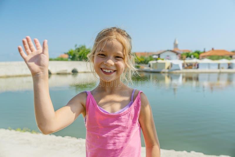 Маленькая девочка идет около более низкого моста, Nin, Хорватии стоковые фотографии rf