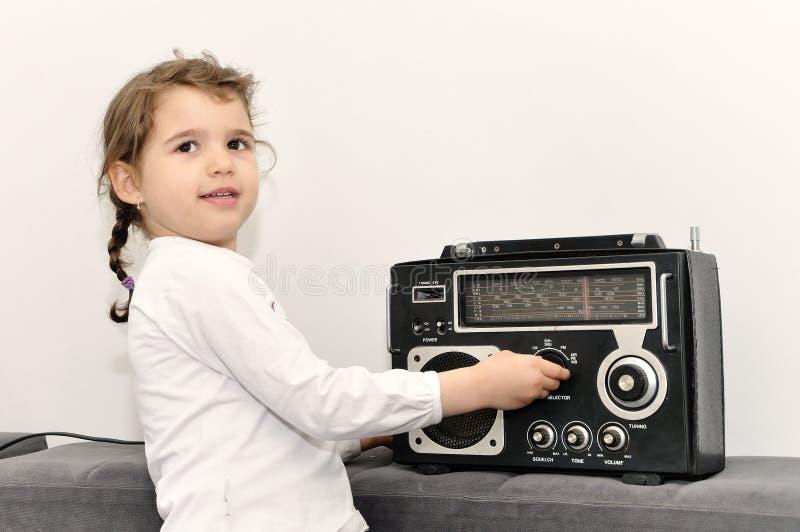 Маленькая девочка и ретро радио стоковое фото rf