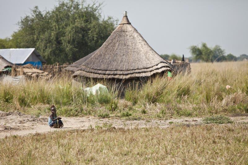 Маленькая девочка и хата в южном Судане стоковые изображения rf