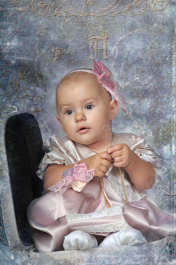 Маленькая девочка и чемодан стоковое изображение