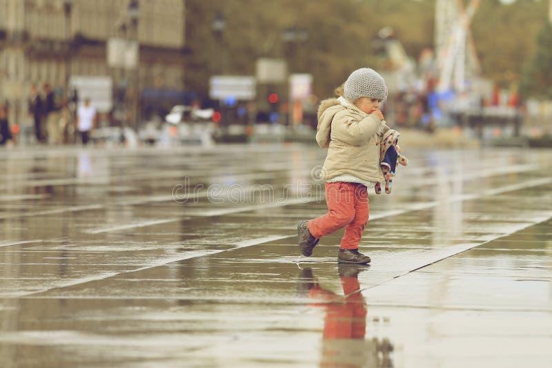 Маленькая девочка идя на зеркало воды стоковое изображение