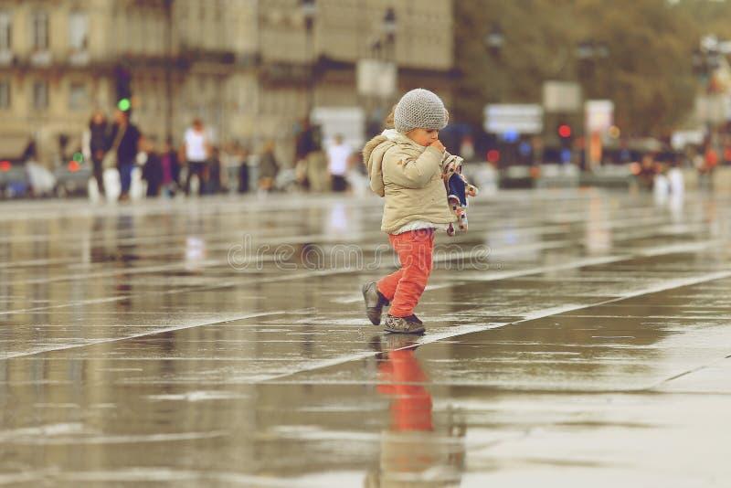 Маленькая девочка идя на зеркало воды стоковые фотографии rf