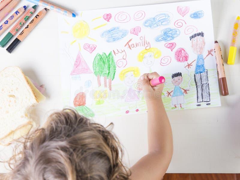 Маленькая девочка крася розовое платье девушки в рисовать детей  стоковые изображения rf
