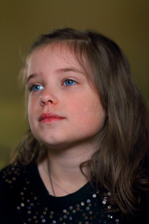 Маленькая девочка милочки смотря  стоковое фото