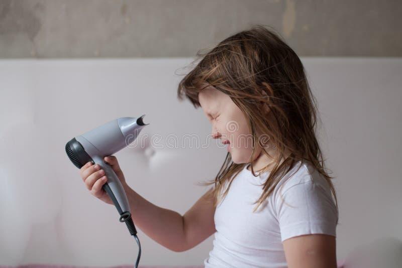 Маленькая девочка младенца сушит волосы, позаботить о, th стоковое изображение rf