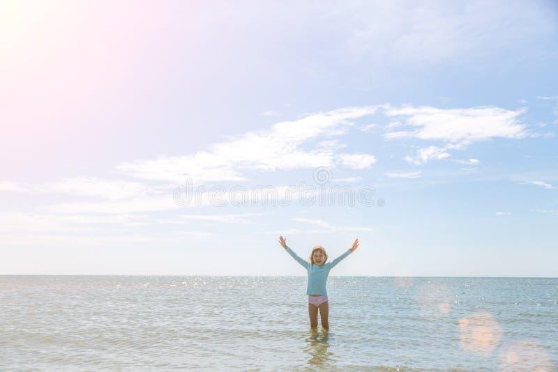 Маленькая девочка наслаждается морской водой стоковая фотография rf