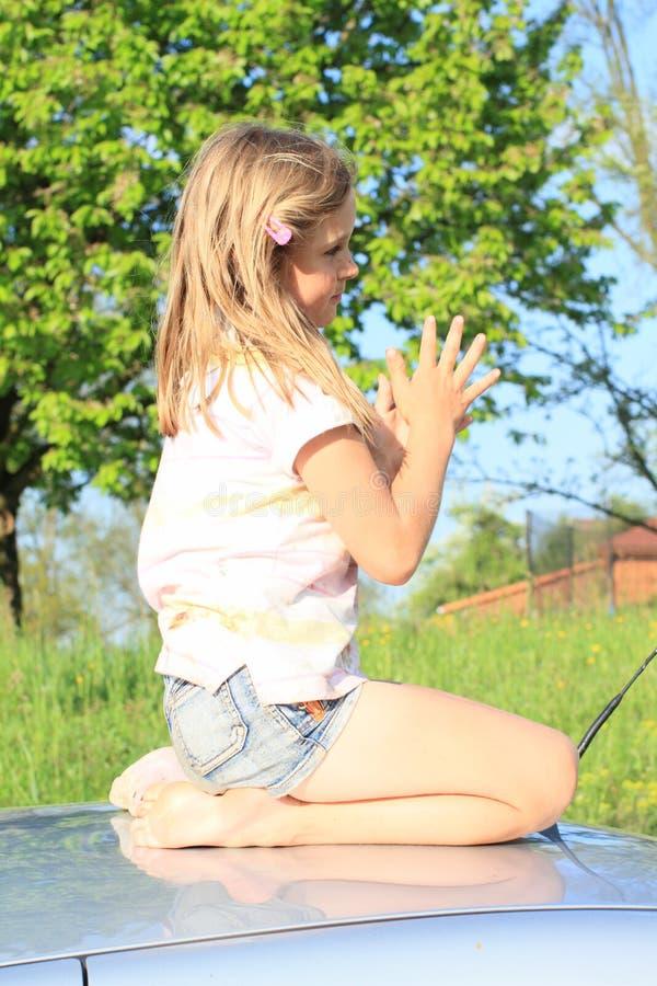 Маленькая девочка на автомобиле стоковые фото