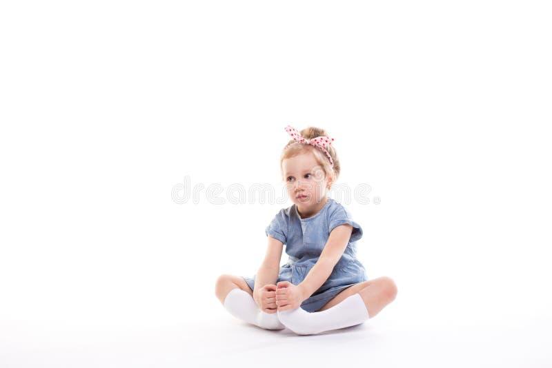Маленькая девочка на белизне стоковое фото rf
