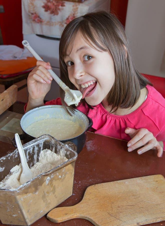 Маленькая девочка на варить стоковые фотографии rf