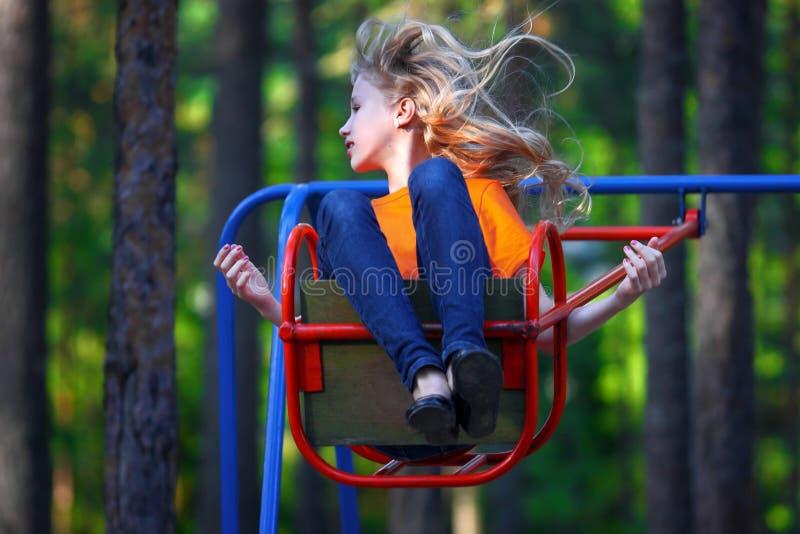 Маленькая девочка на качании Фитнес и отдых стоковая фотография rf