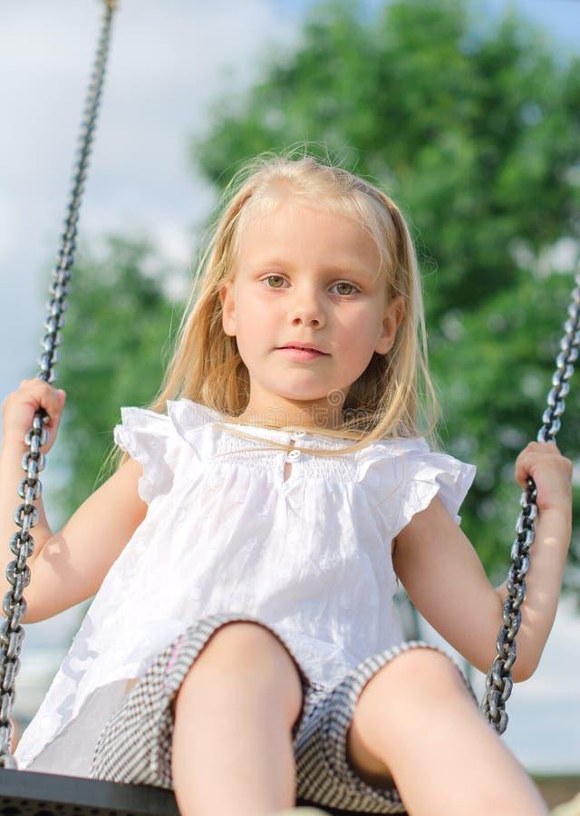 Маленькая девочка на качании стоковые фотографии rf