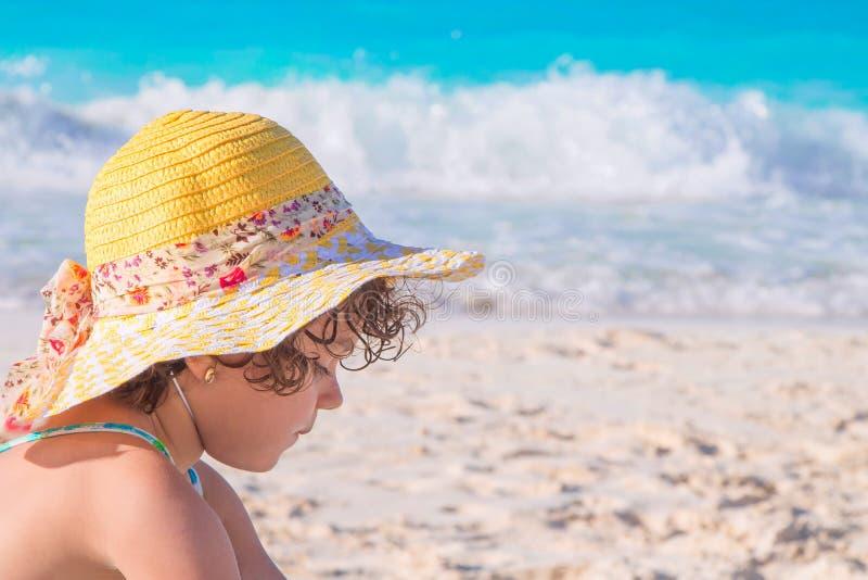 Маленькая девочка на пляже сидя на песке стоковая фотография rf