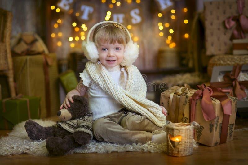 Маленькая девочка на Рожденственской ночи стоковые изображения rf