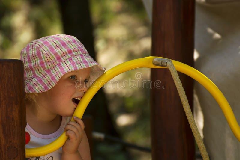 Маленькая девочка обдумывает сверх стоковое фото rf