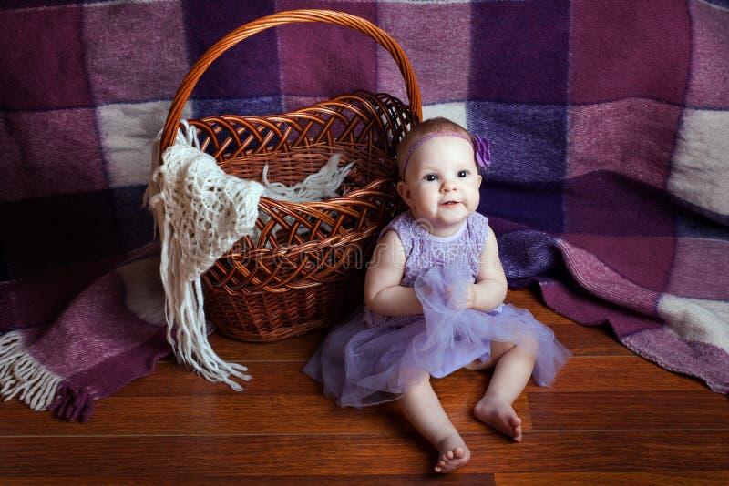 Маленькая девочка около корзины стоковые фотографии rf