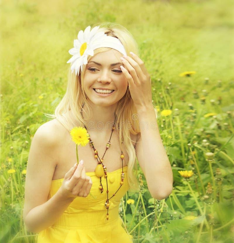 Маленькая девочка ослабляя в поле с camomiles. стоковые фото