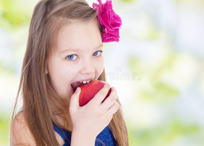 Маленькая девочка одетая как бабочка стоковые фото