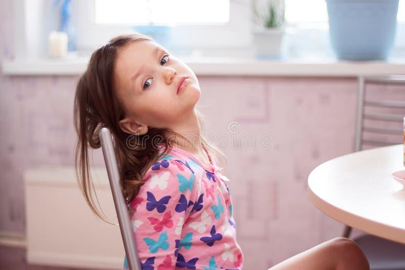 Маленькая девочка после завтрака в утре стоковая фотография rf