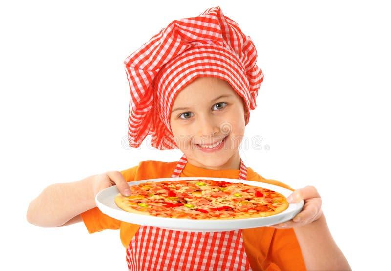 Маленькая девочка подготавливая домодельную пиццу стоковое фото