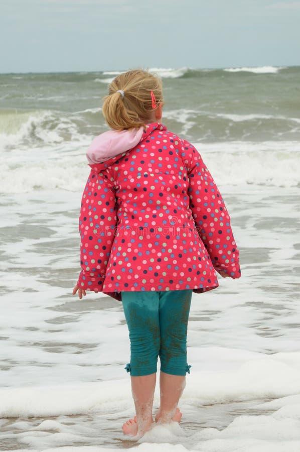 Маленькая девочка полоща в холодном море стоковое изображение rf
