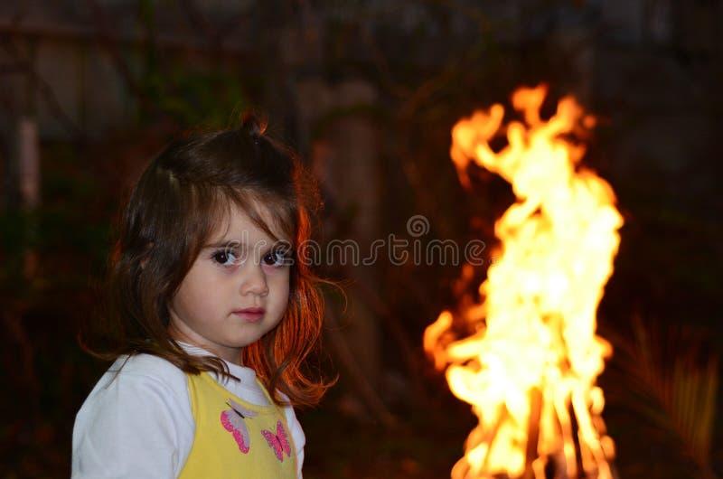 Маленькая девочка празднует праздник Ba'Omer запаздывания еврейский стоковое фото