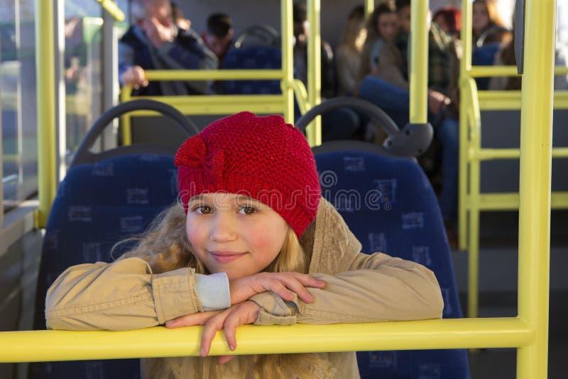 Маленькая девочка представляя на шине стоковые изображения