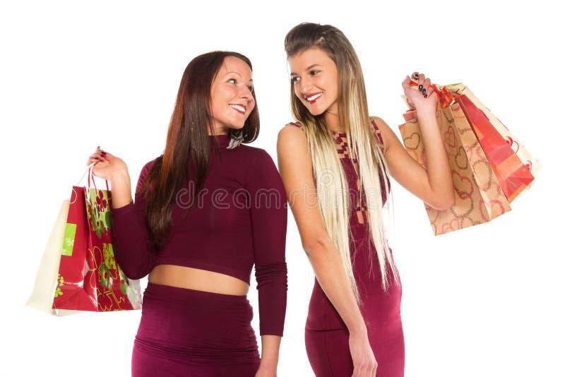 Маленькая девочка 2 при хозяйственная сумка смотря один другого стоковое фото rf
