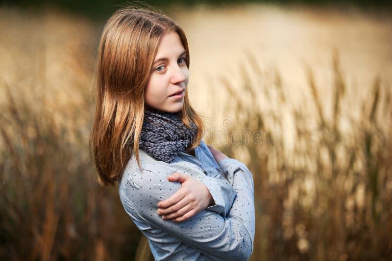 Маленькая девочка против предпосылки природы стоковая фотография rf